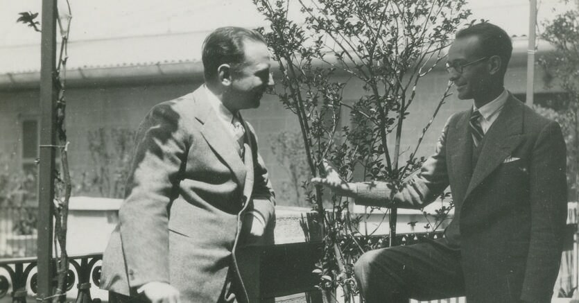 Primi anni trenta. Raffaele Mattioli (a sinistra) e Antonello Gerbi su un terrazzo  della Banca Commerciale Italiana, Milano. Fonte: Archivio storico di Intesa Sanpaolo, Carte A. Gerbi
